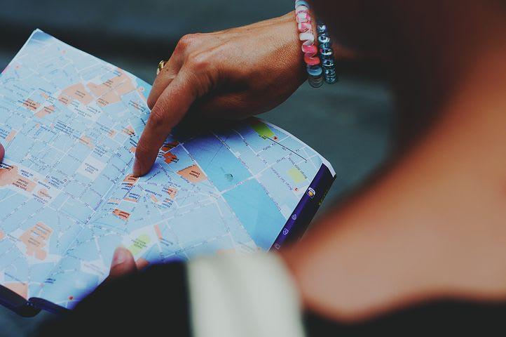 Consejos para viajar sola por Europa - Worldpackers - mujer mirando mapa y armando itinerario
