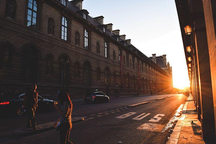 Consejos para viajar sola por Europa - Worldpackers - viajeros en calle de europa con amanecer