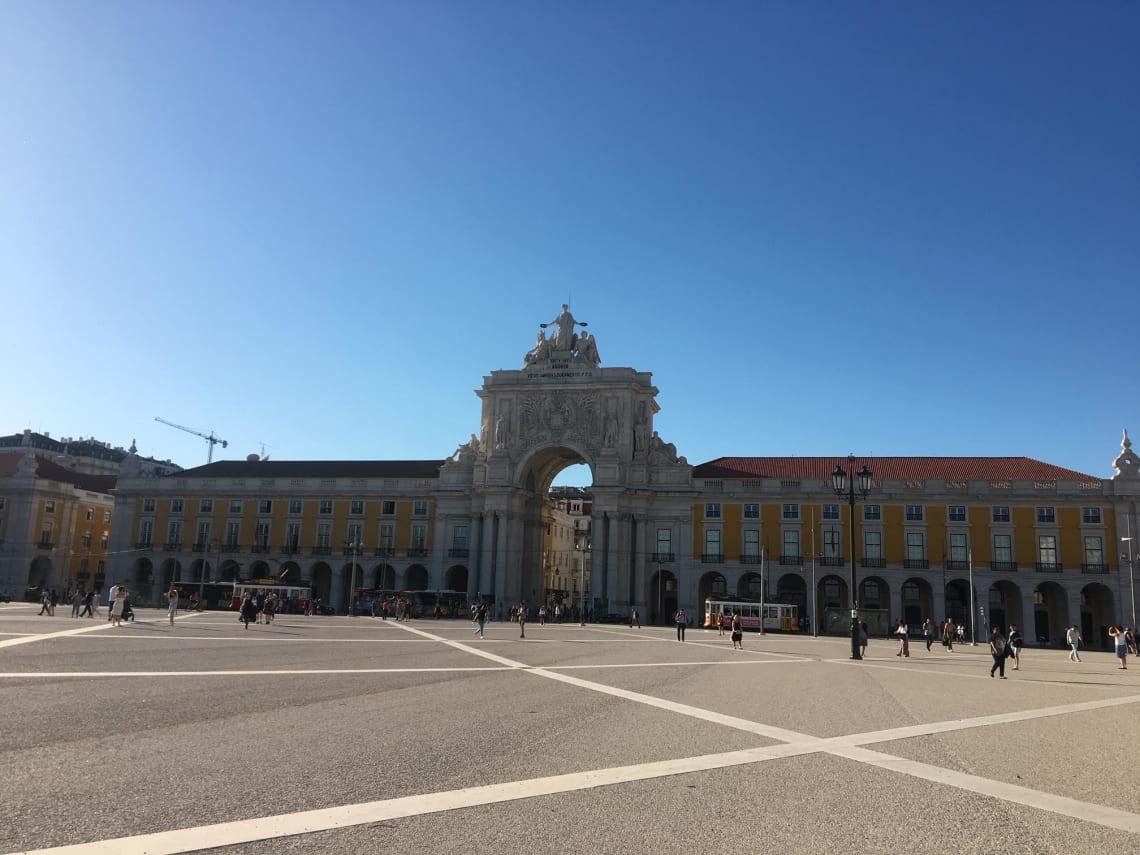 Qué visitar en Lisboa y sus alrededores - Worldpackers - plaza en barrio la baixa en lisboa