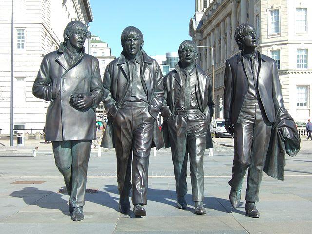10 cosas imperdibles que hacer en Liverpool - Worldpackers - estatua de los Beatles en Liverpool