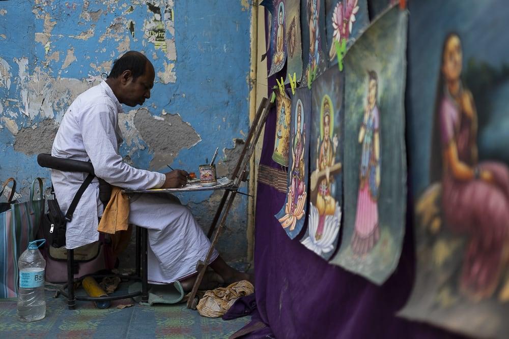 17 días haciendo un voluntariado en India, en la capital mundial del yoga: Rishikesh - Worldpackers - hombre en la India pintando cuadros