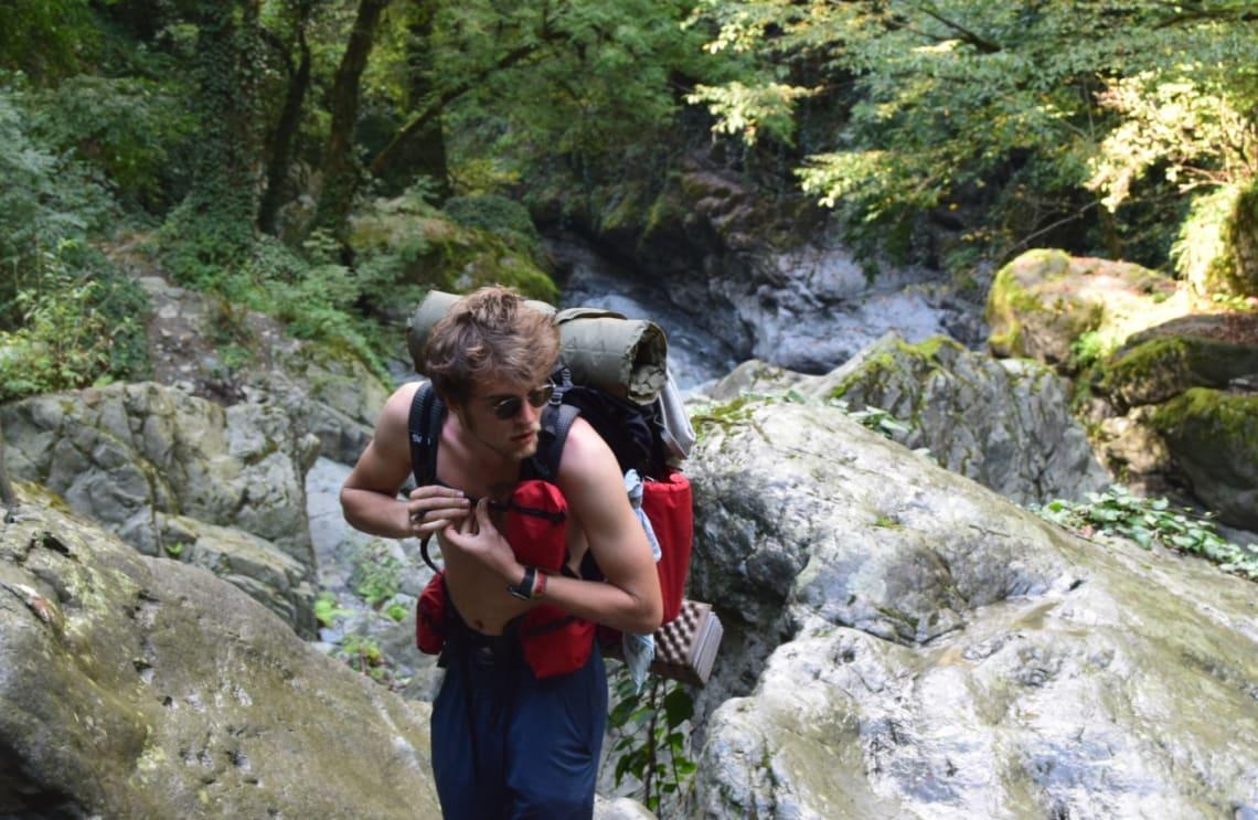 Recomendaciones antes de tomar un año sabático - Worldpackers - viajero mochilero atravesando un río