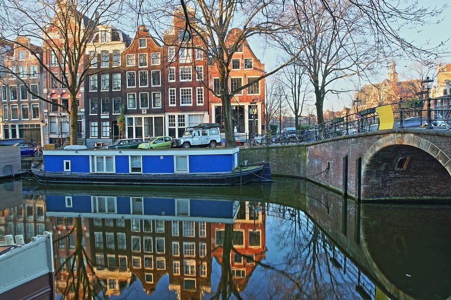 Um dos encantos de Amsterdam são as as casas flutuantes nos canais de Amsterdam