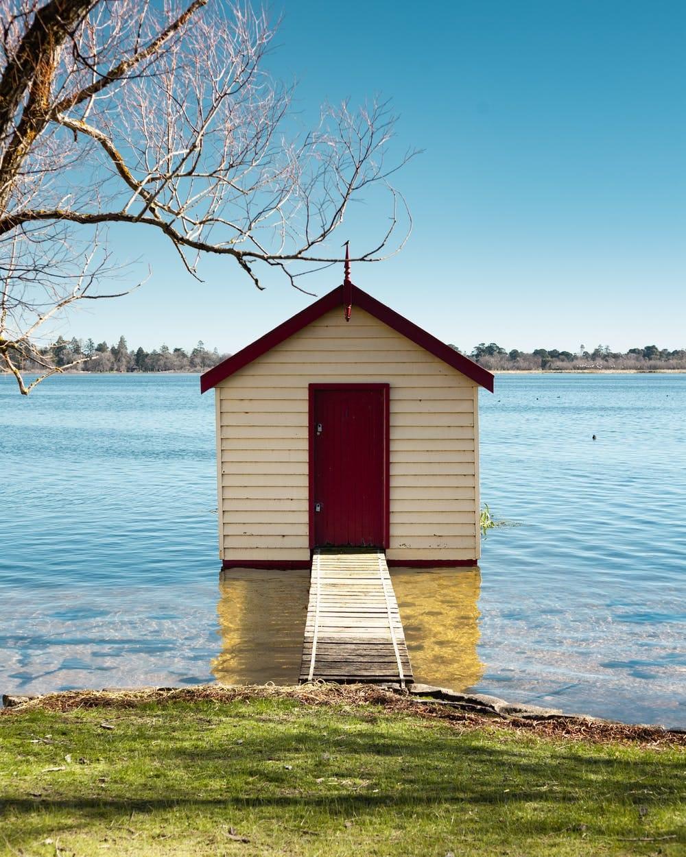 Cómo viajar barato por Australia: itinerarios, consejos y demás - Worldpackers - casa pequeña en medio de un lago en Australia