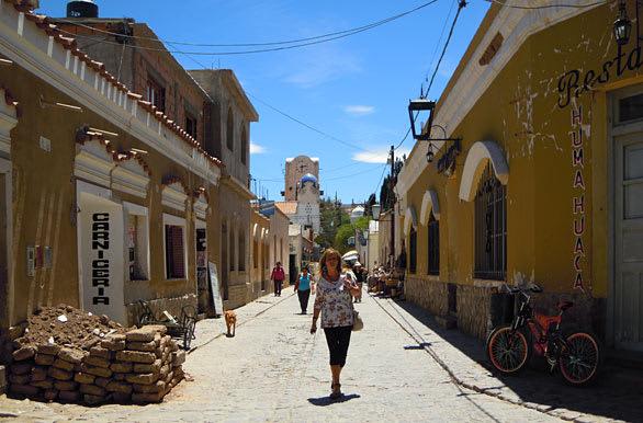 La guía definitiva para conocer el Noroeste argentino - Worldpackers - calle en Humahuaca
