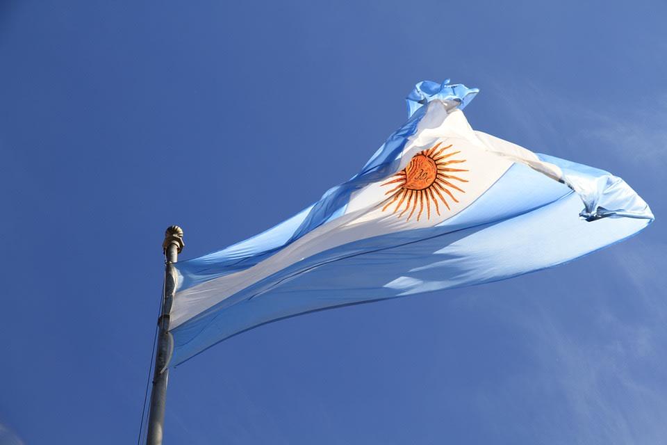 Los 5 destinos más baratos en Sudamérica para viajar con menos de $5 por día - Worldpackers - bandera de argentina
