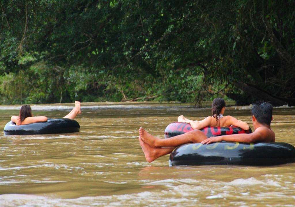 10 increíbles voluntariados en Sudamérica - Worldpackers - viajeros haciendo tubbing en un río en la selva amazónica en Ecuador