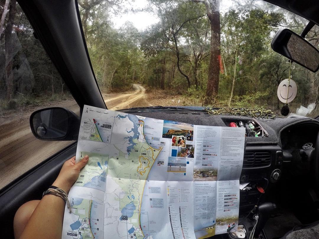 Imagem de mapa e o painel de um carro