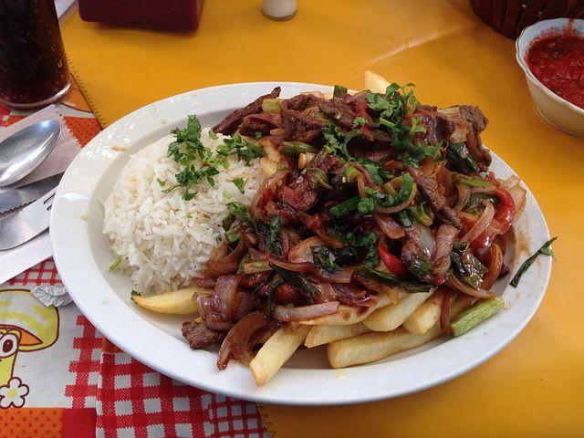 ¿Cuánto cuesta viajar a Perú?: la guía completa - Worldpackers - plato de comida en mercado local en Perú