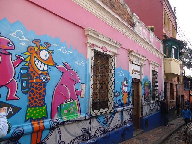 20 cosas que hacer en Bogotá con poco dinero - Worldpackers - arte callejero en la candelaria en bogotá - calle del embudo