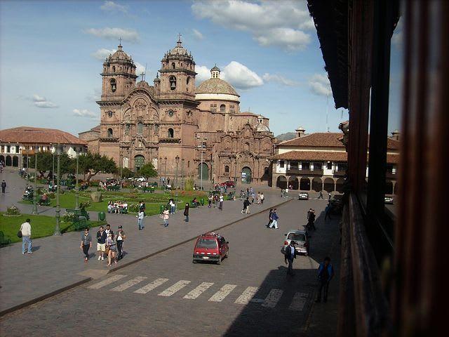 guía para mochileros sobre cómo viajar barato a Cusco - worldpackers - plaza de armas cusco
