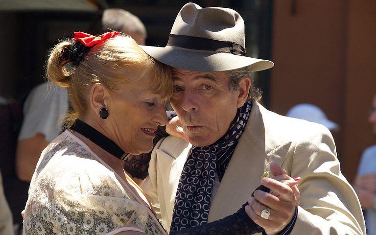 6 Lugares para viajar en pareja por Sudamérica y hacer voluntariados - Worldpackers - pareja de ancianos bailando tango en la calle en Buenos Aires