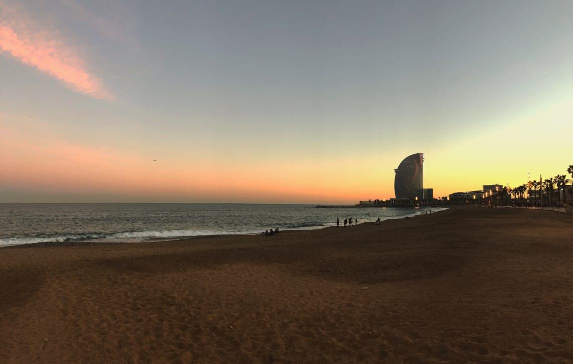 La mega guía para viajar a Barcelona: qué ver, qué hacer y mucho más - atardecer en Barceloneta