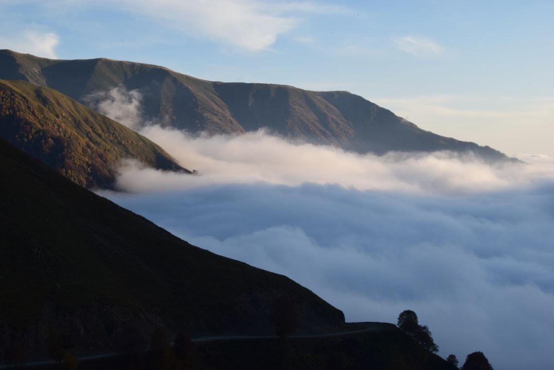 Qué debes saber antes de viajar a Georgia - Worldpackers -Atardecer de camino a Tusheti a unos 2.800 metros en el Paso de Abano
