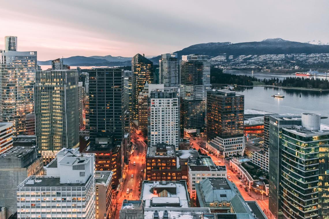 Vista de Vancouver, cidade que une mar, monatanha e florestas