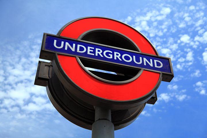 Guía para visitar Londres con poco dinero - Worldpackers - simbolo del metro de londres