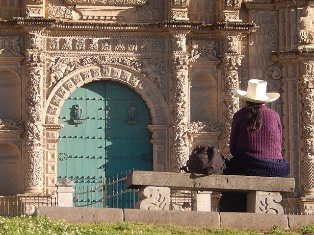 13 cosas que hacer en Cajamarca, Perú - Worldpackers - cholita mirando hacia una iglesia en Perú