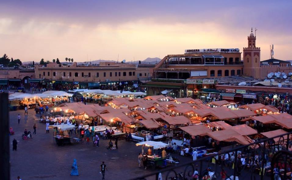 Todo lo que debes saber antes de viajar sola a Marruecos - plaza de marrakech - worldpackers