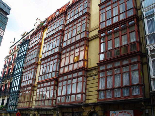 Qué ver y hacer en Bilbao: 15 cosas que no te puedes perder - Worldpackers -fachadas de casas en bilbao