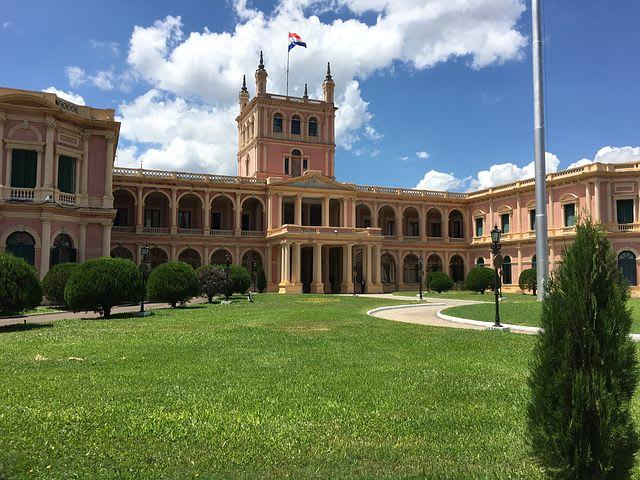 Los países más baratos de Sudamérica para viajar - Worldpackers - edificio rosado en Asunción