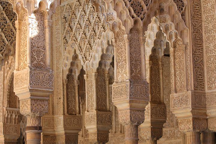 Guía para visitar Granada: todo lo que debes saber - Worldpackers - detalles en la decoración de las paredes de la Alhambra