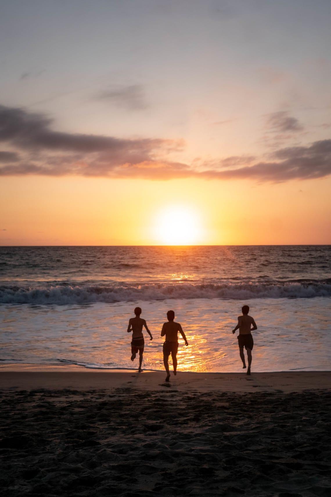 Lugares baratos para visitar Puerto Escondido, México - Worldpackers - atardecer en playa puerto escondido mexico