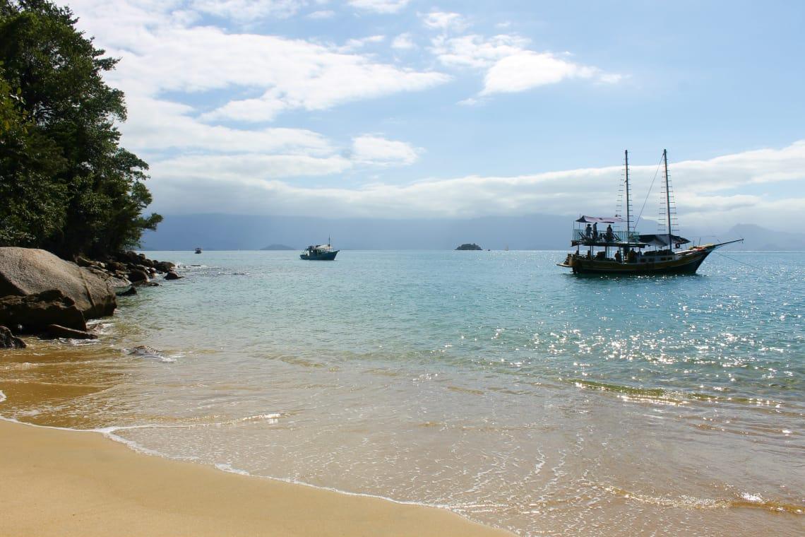 Passeio de barco para conhecer praias perto de Paraty