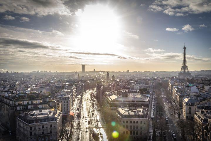Consejos para viajar sola por Europa - Worldpackers - vista panorámica de Paris con torre Eiffel de fondo