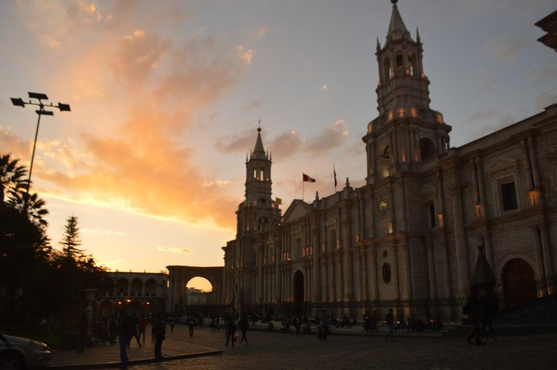 Ruta mochilera para visitar Perú: qué hacer y recomendaciones - Worldpackers - atardecer en Arequipa Perú