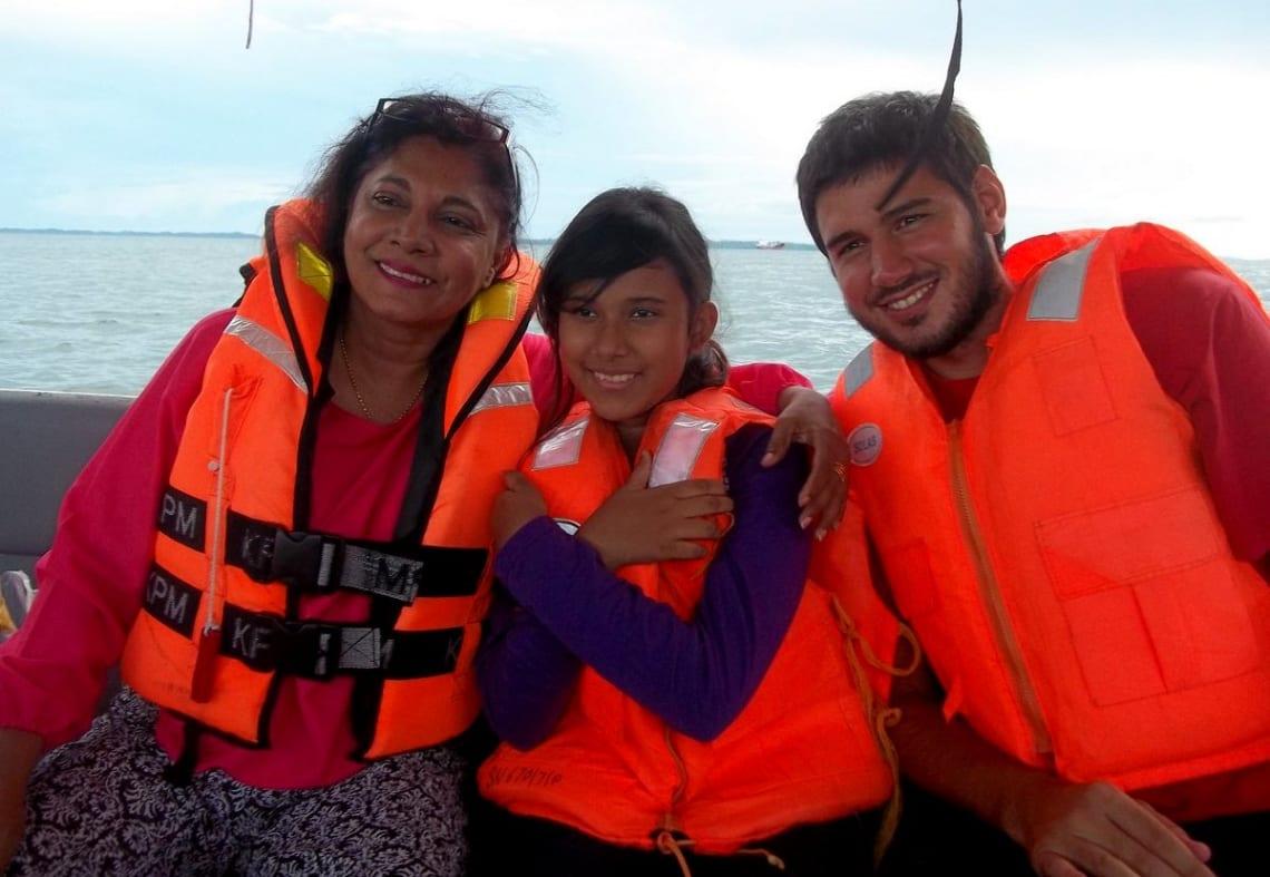 Mi experiencia haciendo un voluntariado en un hostel en Borneo, Malasia - Worldpackers - viajero con dos mujeres malayas