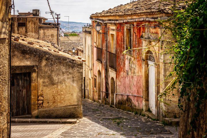 10 lugares que no puedes dejar de visitar en Sicilia - Worldpackers - calle en pueblo de sicilia, italia