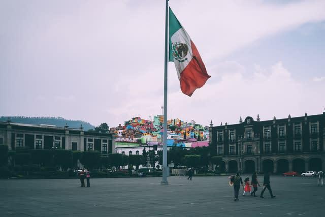 Bandeira do México na praça central