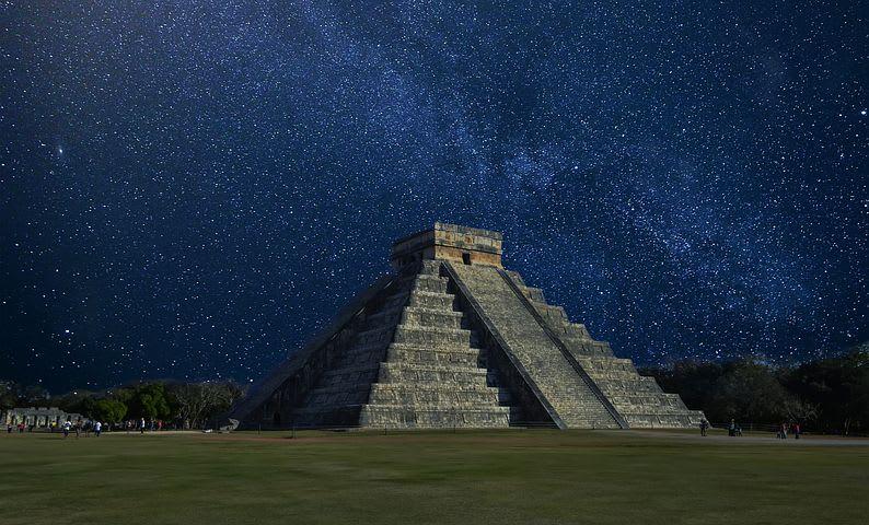 Consejos para viajar barato por México (¡y cosas para hacer gratis!) - Worldpackers - ruinas arqueológicas mayas de noche y con estrellas