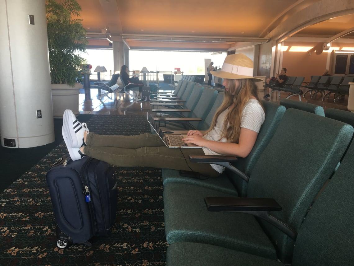 ¿Qué empacar para un año sabático? - worldpackers - mujer con valija en un aeropuerto