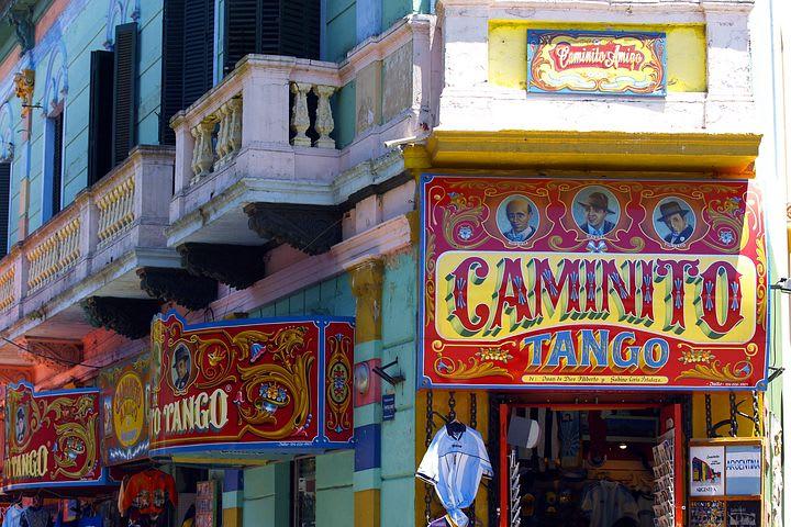 Viajar por Sudamérica solo: todo lo que debes saber - Worldpackers - fachada de tienda en el Caminito en Buenos Aires
