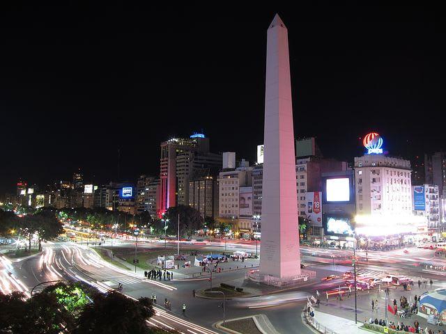 10 cosas que hacer en Buenos Aires con poco dinero - Worldpackers - El Obelisco de noche