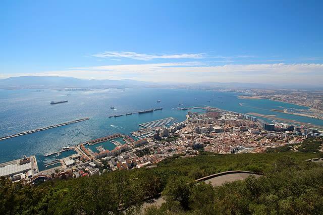 Gibraltar tem lindas praias para relaxar