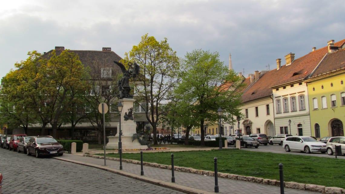 16 lugares maravillosos que no te puedes perder en Budapest - Worldpackers - calles de budapest