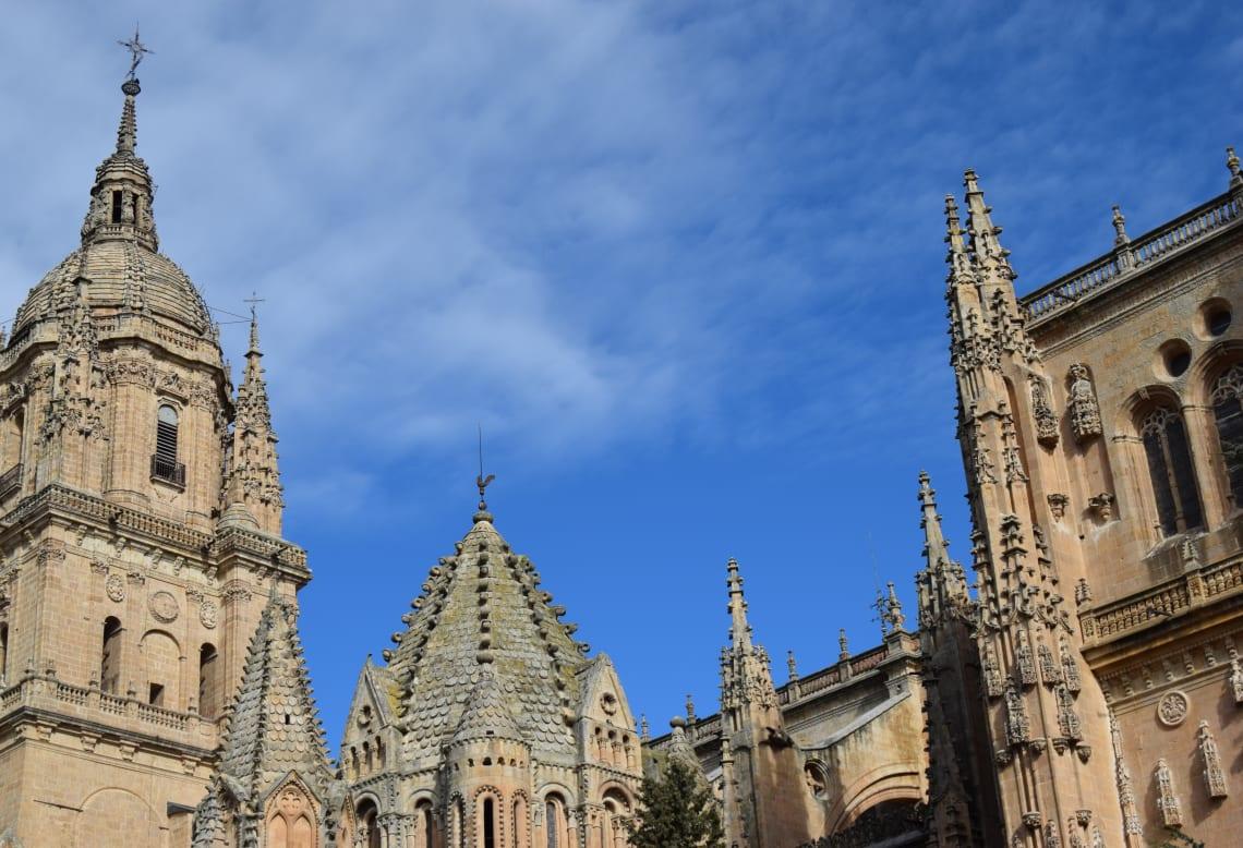 Rutas para recorrer España como mochilero - Worldpackers - torres de iglesias antiguas en España