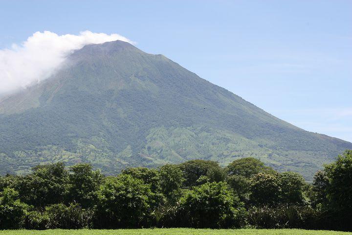 Ruta para recorrer Centroamérica como mochilero - Worldpackers - vista de volcanes con niebla en Centroamerica