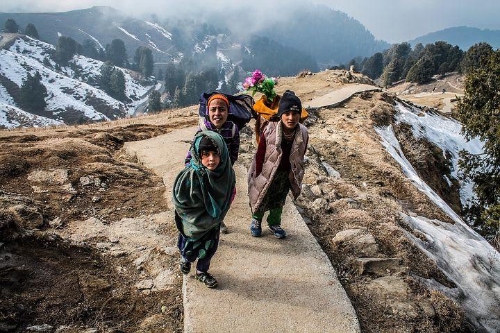 7 Razones por las que viajar barato mejora tu viaje - Worldpackers - viajero fotografía grupo de niños en los himalayas