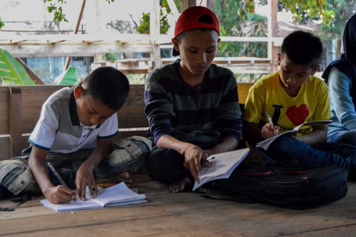 Haciendo un voluntariado como profesor de inglés en Indonesia - Worldpackers - niños estudiando en Indonesia