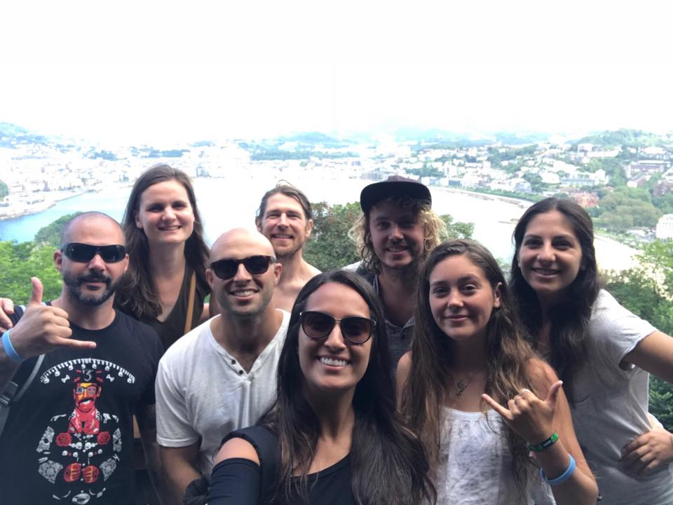 Voluntária e amigos na Espanha