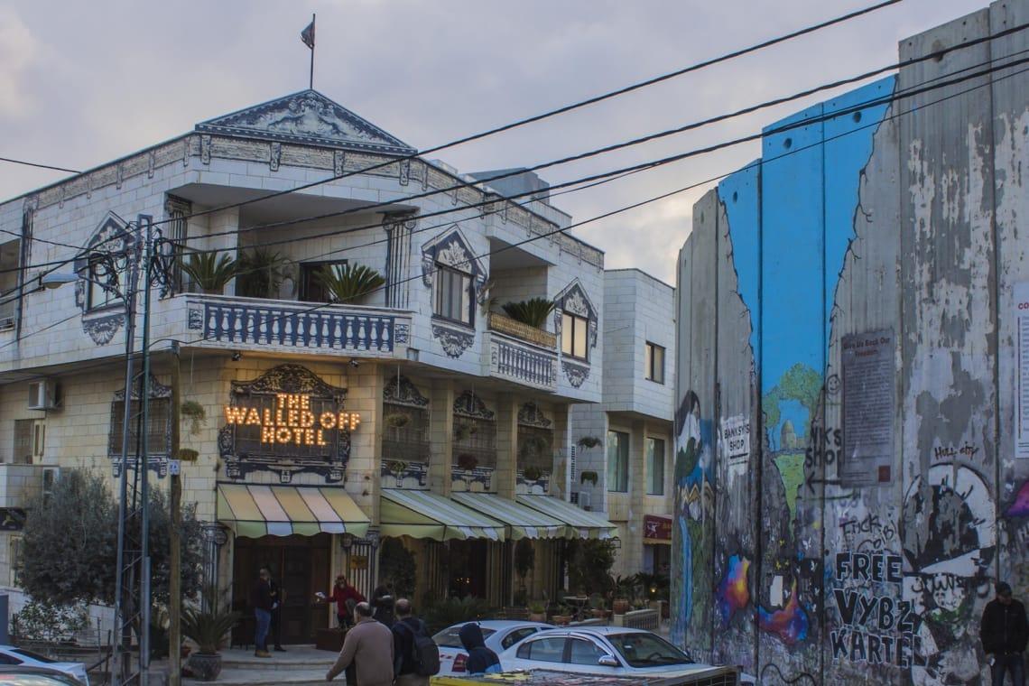 O hotel e museu Walled Off, de Banksy, ao lado do muro que separa Bethlehem de Jerusalém