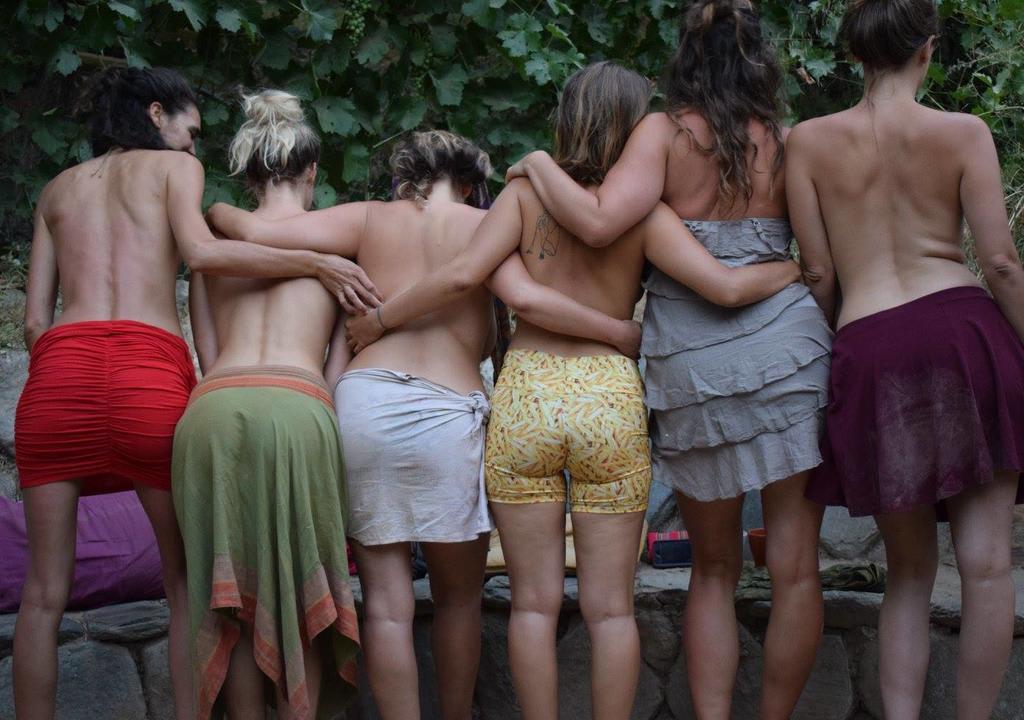 ¿Cuál es el voluntariado perfecto de acuerdo a tu signo? - worldpackers viajeras mujeres de espalda