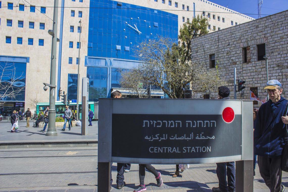 placa de indicação da estação central de Jerusalém