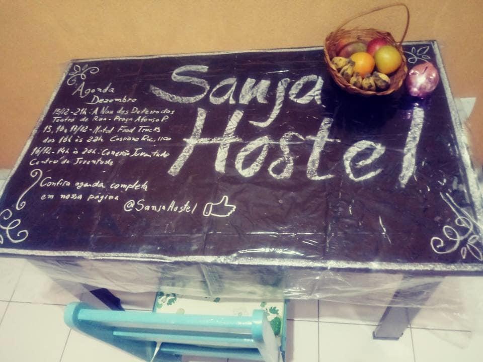mesa de café da manhã do Sanja Hostel