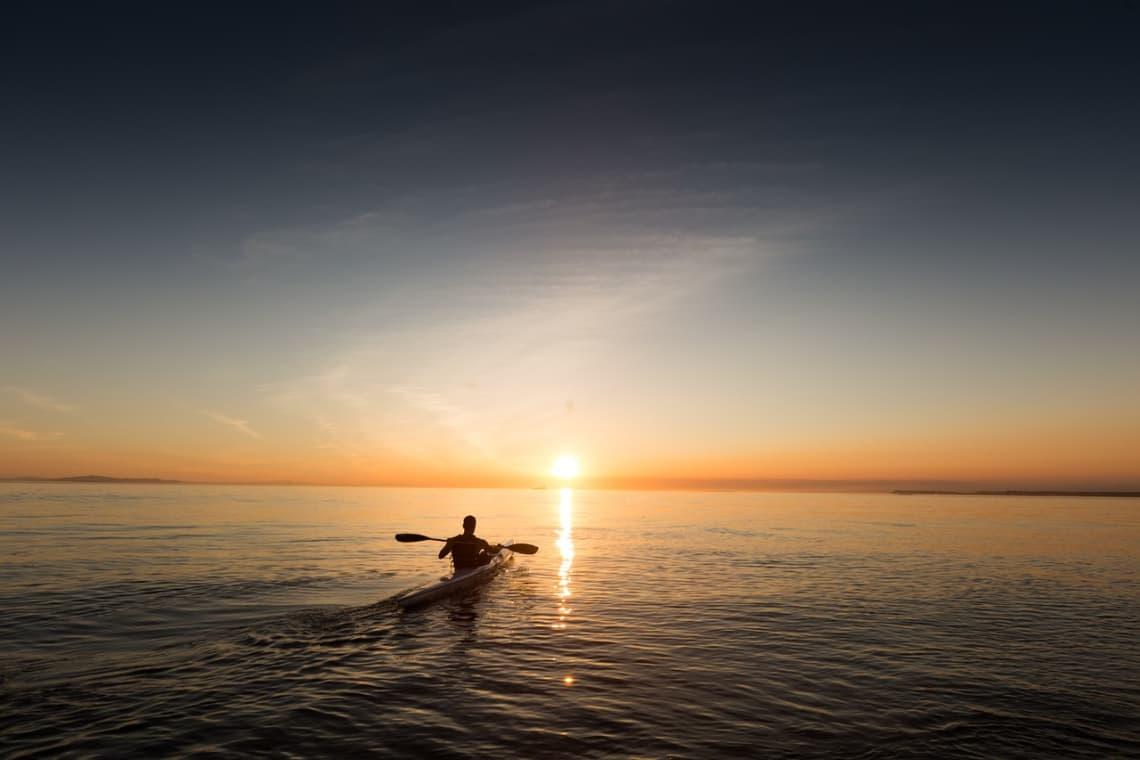 o poder decisão do que fazer é uma das melhores vantagens de viajar sozinho nas férias