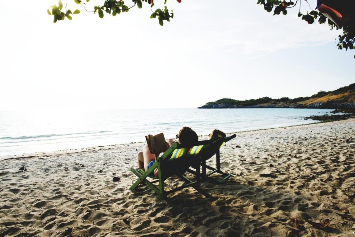 amigas aproveitando tempo livre na praia