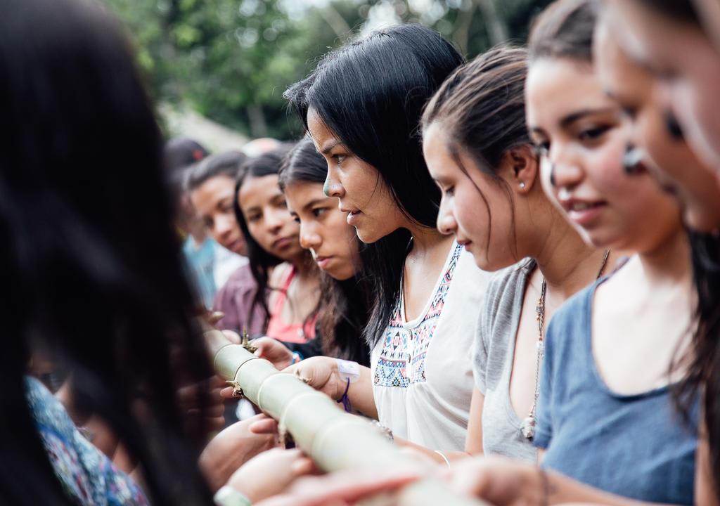 crianças indígenas preparando ritual em comunidade na Colômbia